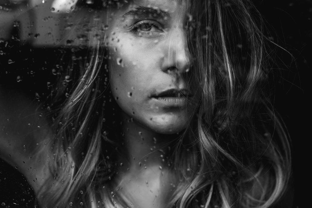 Portrait von Hanna am Fenster in Mutterstadt