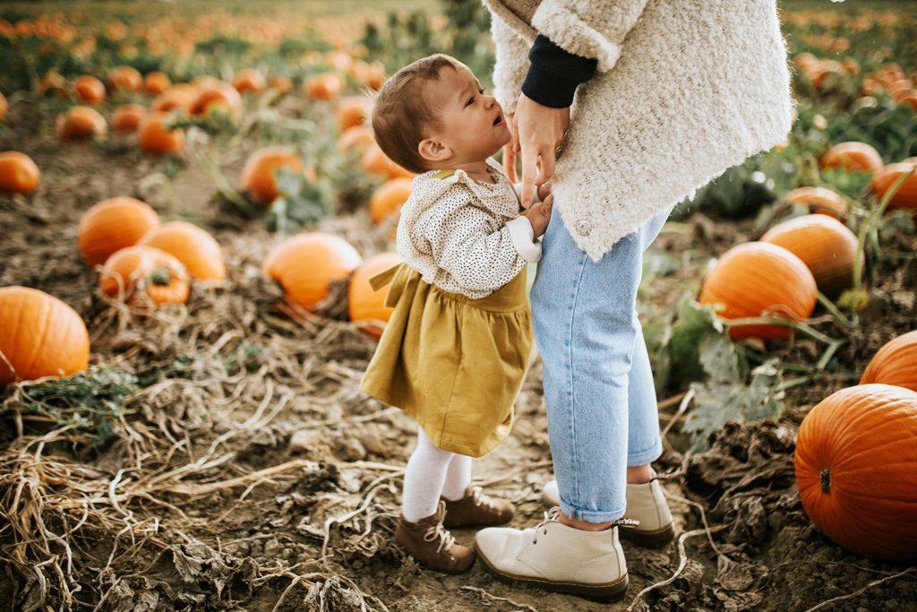Kind will von Mutter in den Arm genommen werden
