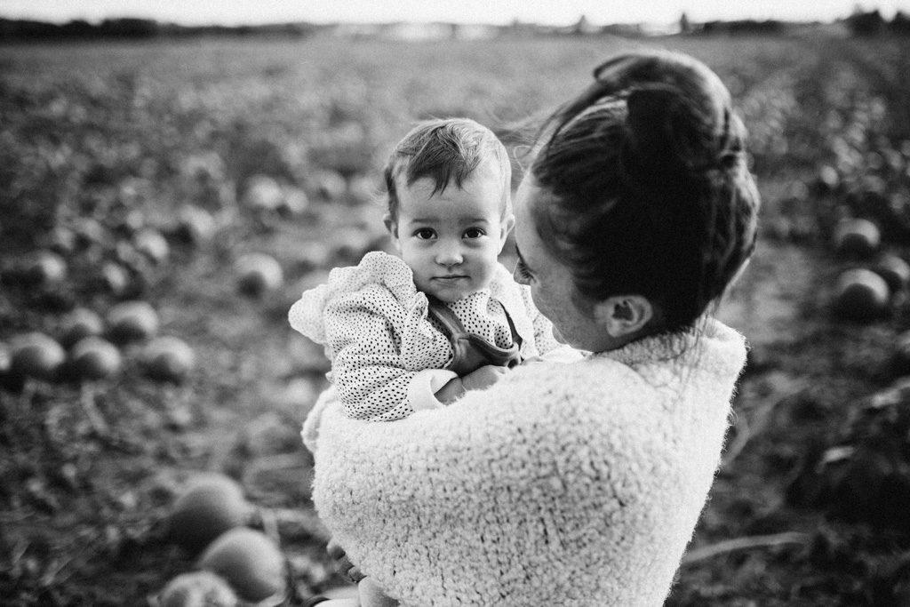 Schwarzweiss Bild von Mutter mit Kind im Feld
